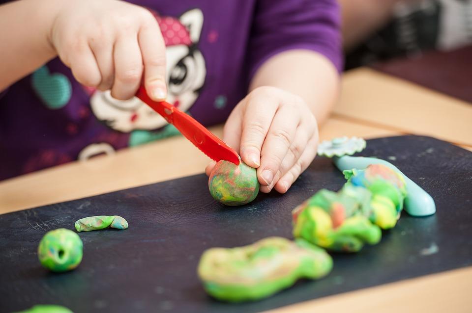 L'éducation des enfants : Utilisation de la pâte à modeler
